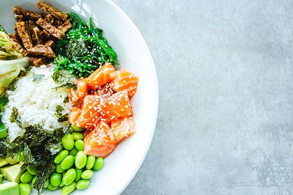 Dieta-Keto-cetogénica-plato-típico-de-menú-verduras-y-proteínas