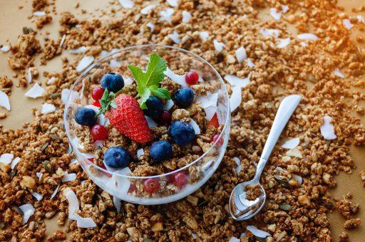 Bowl con cereales, frutas y yogurt griego