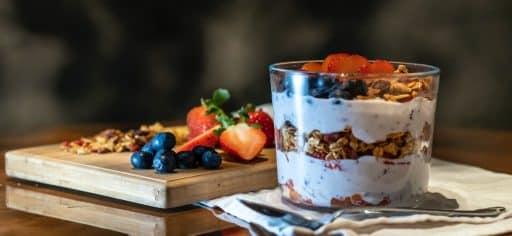 Bowl de frutas y yogurt proteico