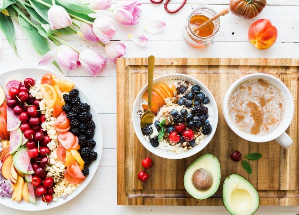 Desayuno de frutas y yogurt rico en proteínas