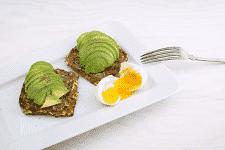 receta-de-Tostadas-de-aguacate-y-huevo